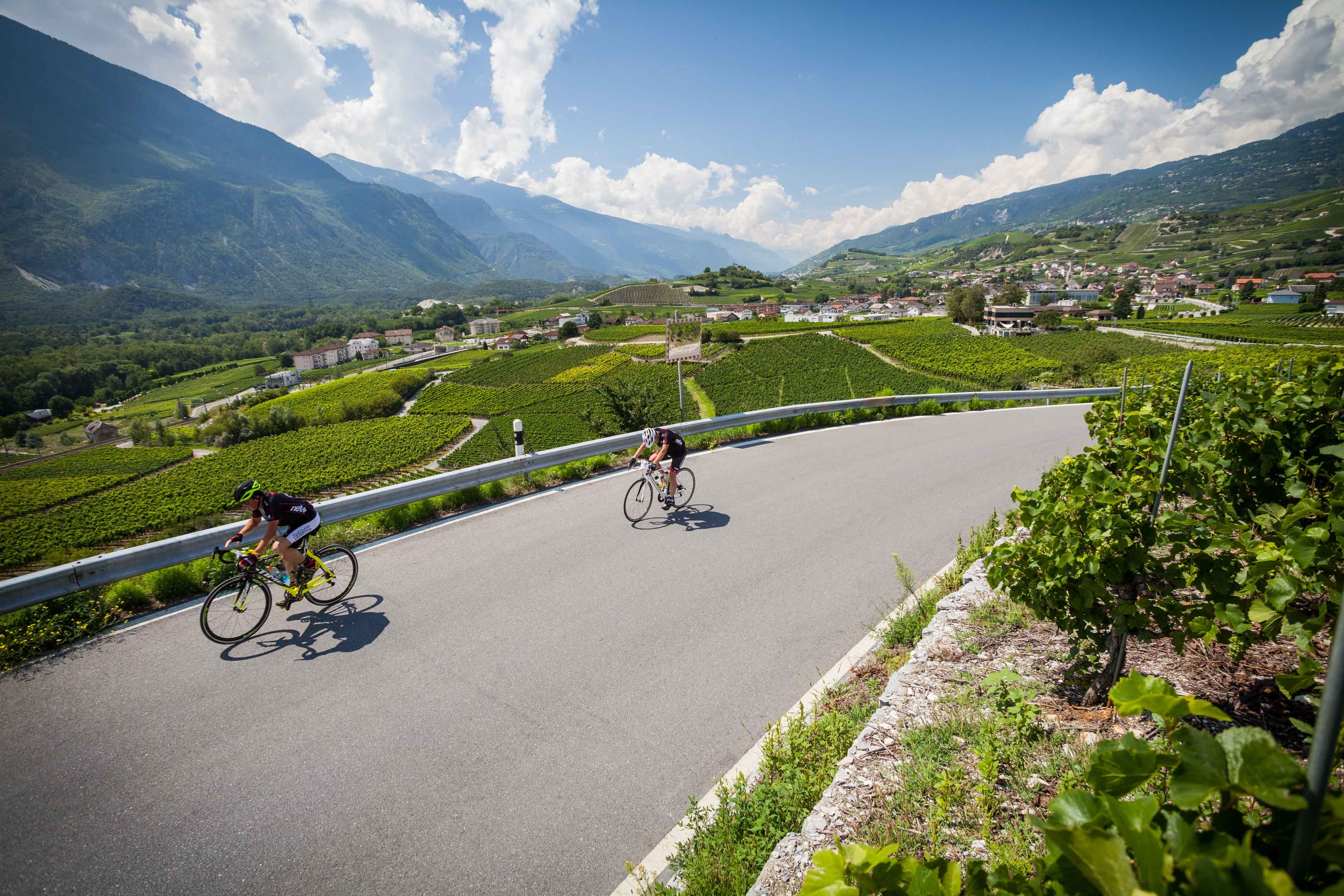 From the high mountains surrounding Crans-Montana to the magnificent natural rock amphitheatre of Leukerbad. Stage 2 of the Valais Cycling Tour takes you down into Sierre, the city of the sun, then back up via the vineyards of Salquenen.