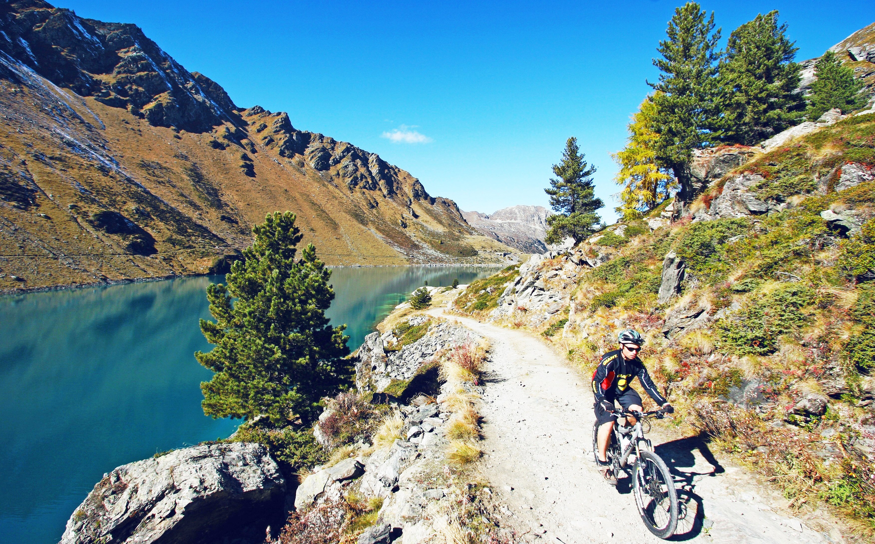Pedal to the turquoise waters of Cleuson while discovering stunning panoramas.