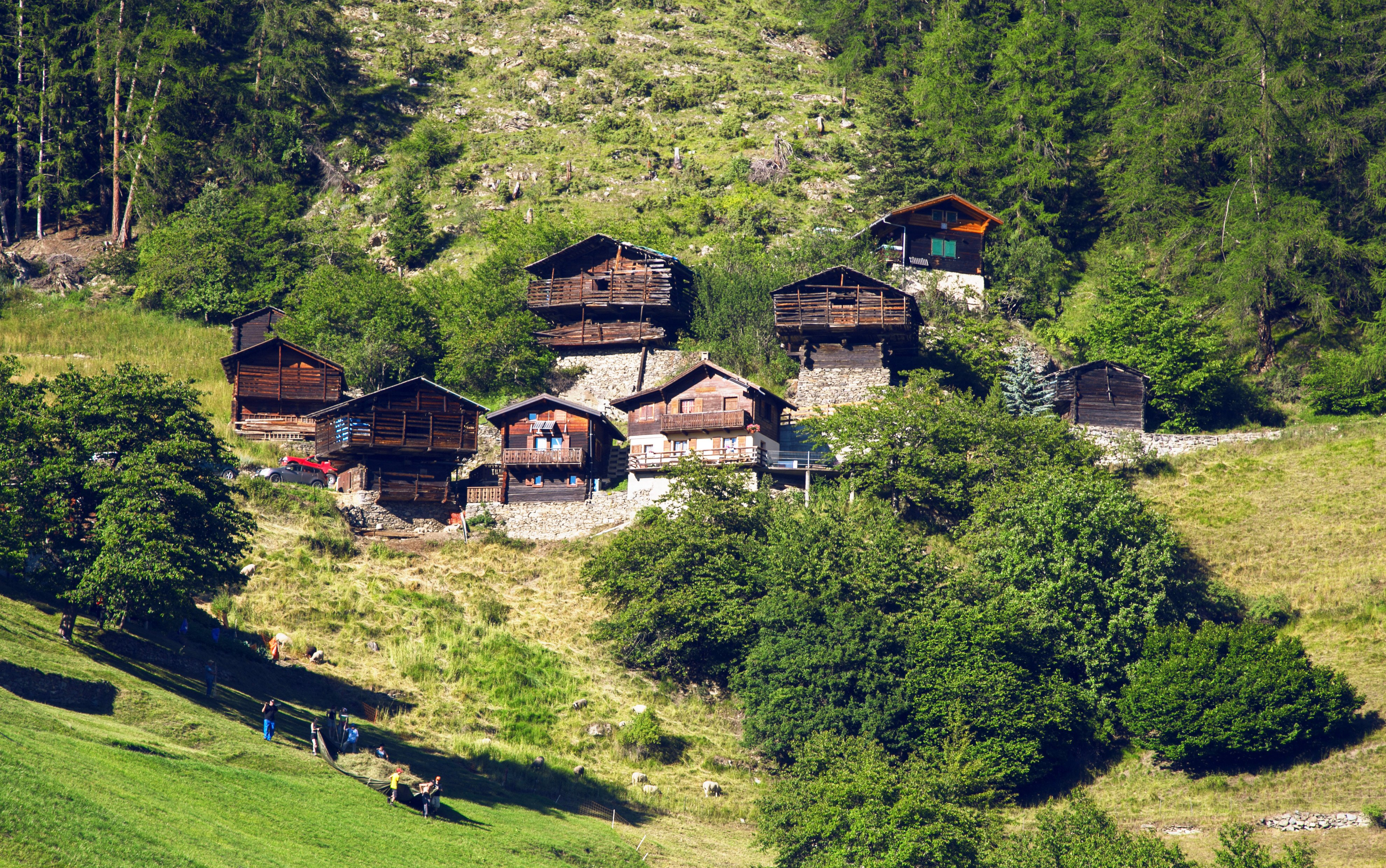 This circuit links Haute-Nendaz with the authentic village of Isérables, while passing by some exceptional sites. For those who are feeling a little less sporty, but are nonetheless keen to explore this itinerary, everything has been thought of; the road layout is adapted for electric bikes.