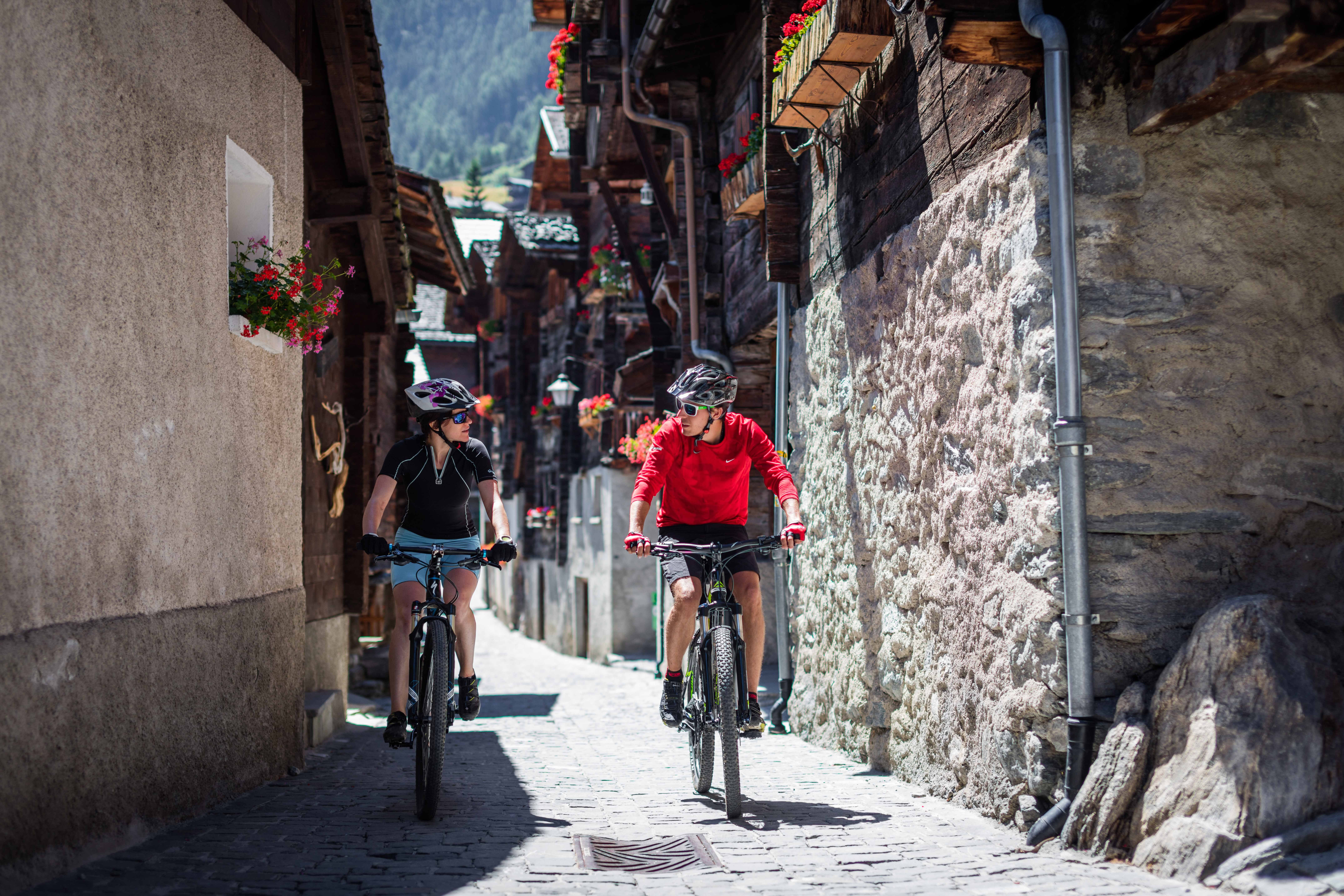 "A range of 4,000m peaks with their unmistakeable silhouettes; glaciers glistening in the sun; sun-kissed Valais villages. Typical features of the ""Valais Alpine Bike"". No other route gets so close to stunning 4,000m summits."