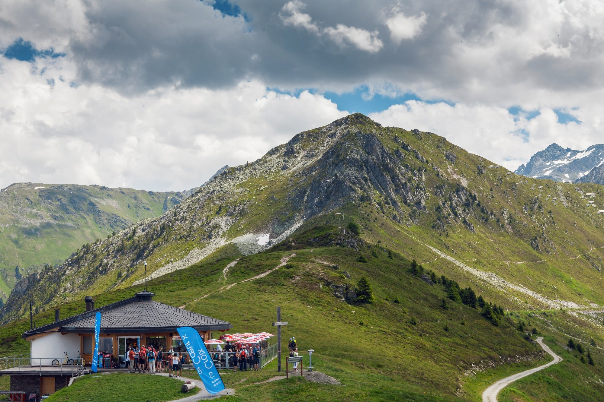 More than 21 kilometres separates Riddes from the summit of the Col de la Croix de Cœur. Passing through the mountain resort of La Tzoumaz, you reach the summit of the climb at more than 2,100 metres of altitude where you can admire the view of the resort of Verbier below.