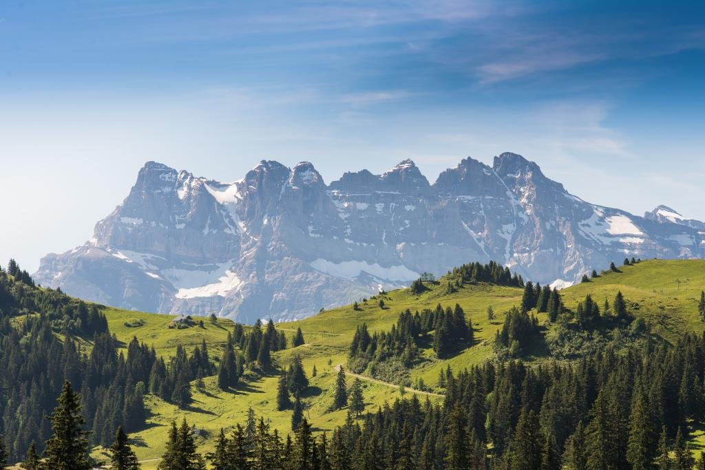 The Col des Portes de Culet rises to 1,787 metres and offers an exceptional view over the Dents du Midi. Leaving from Monthey, the first few kilometres take you up the road to the Pas de Morgins before turning right onto a small road criss-crossing the pastures.