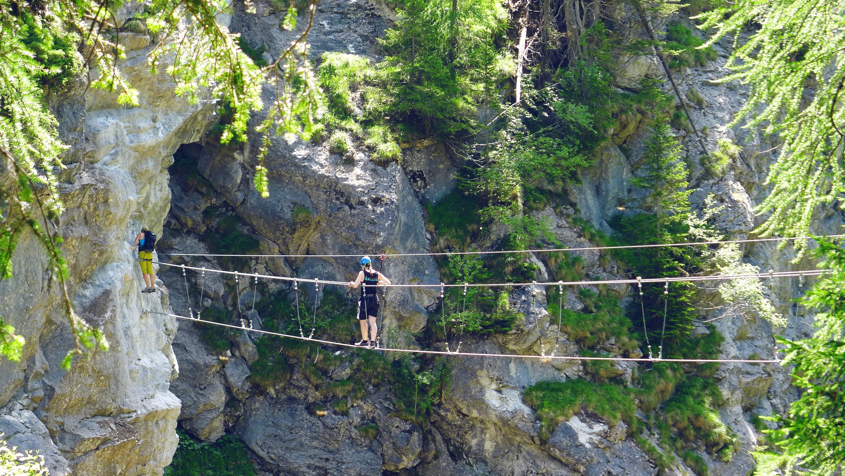 This via ferrata crosses the deep gorges of Dranse from the Mauvoisin dam. The first part (Saxifrage) is accessible to everyone.  The second part called Tichodrome (equivalent to the Eurasian Crag Martin), is suitable for athletic climbers.