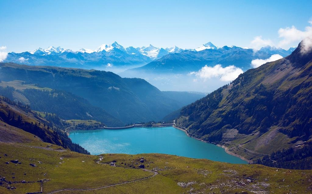 The climb to Tseuzier Dam, which rises to 1859 metres of altitude, starts in Sion and is about 30 kilometres long. From the Valais vineyards to the lake of Tseuzier, this itinerary offers a panoramic view that is breathtaking at every moment.