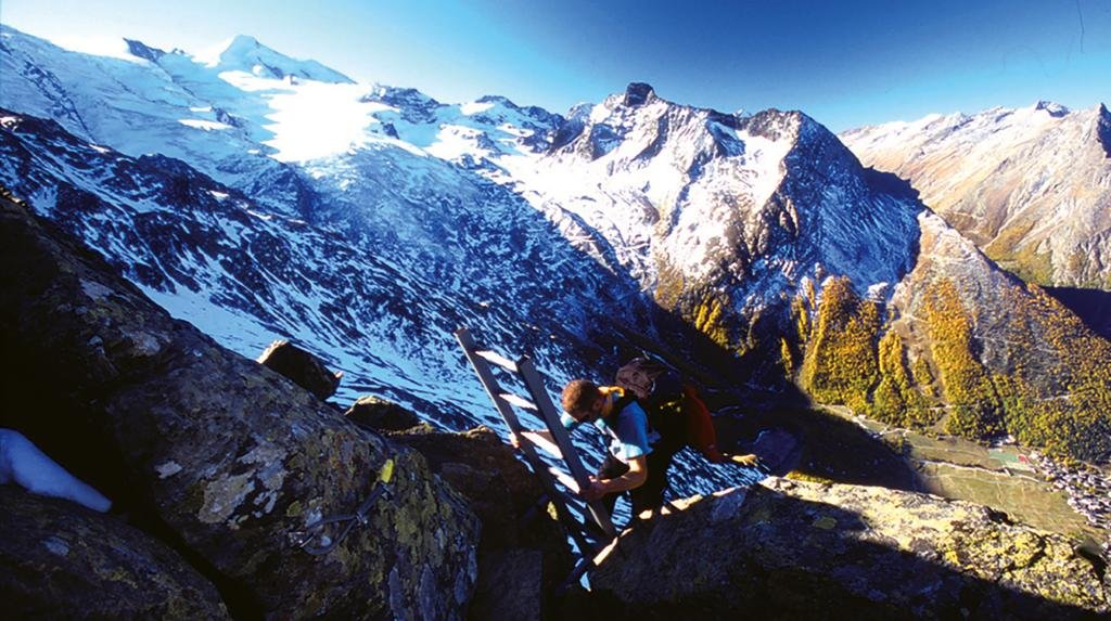 This via ferrata leads you to the top of Mittaghorn on 3143m. At the top, you are rewarded with a magnificent view from the heart of the Saas circle of 4000 m peaks. The Mittaghorn via ferrata is graded easy to medium.